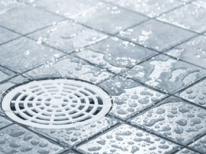 foto de um ralo de chuveiro com água escorrendo