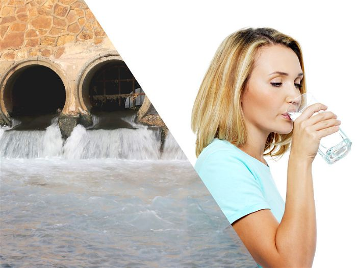 Saída de esgoto no lado direito e mulher bebendo água em copo do lado direito