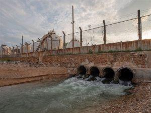 Processo final do tratamento de esgoto a devolução aos rios