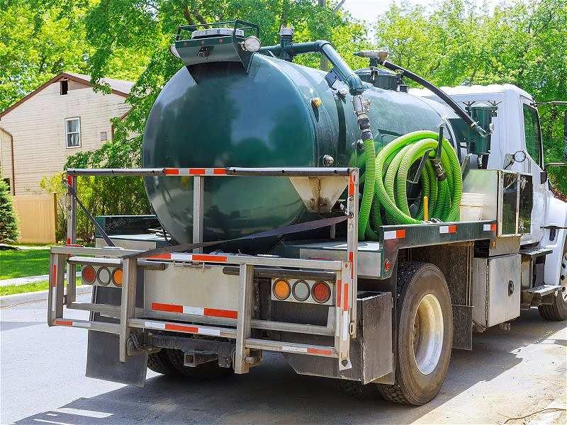 Caminhão que faz a limpeza de fossas