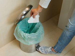 Para prevenir cheiro ruim no banheiro comece lembrando lugar de lixo é no lixo CORPO blog_opt