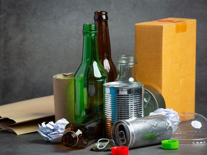 Montante de lixo juntos desde garrafas de vidro, lata e papel