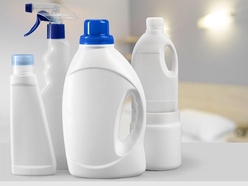 Frascos de diferentes tamanhos para guardar água sanitária