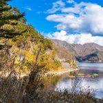 Imagem na natureza, local com diversas montanhas perto de mar