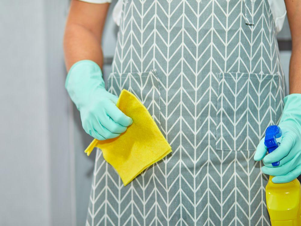 Limpeza com produto e pano